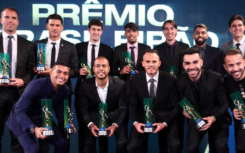 A seleção oficial do Brasileirão 2018. Em 14 edições, 16 clubes premiados (1 do NE)