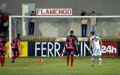 Em gramado ruim, Flamengo e Santa Cruz empatam em noite de pênaltis
