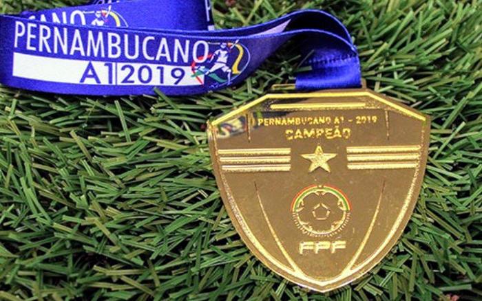 As taças, as medalhas e a bola especial da final do Pernambucano de 2019