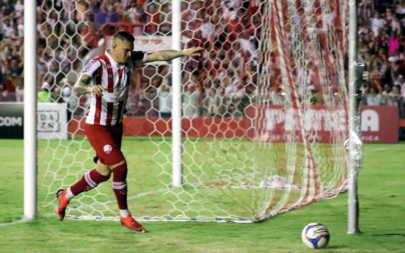 Rafael Oliveira decide e Náutico vence o Treze nos Aflitos, voltando ao G4