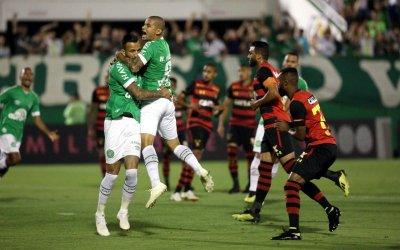 Sport leva 2 gols em apenas 7 minutos, perde da Chapecoense e volta ao Z4