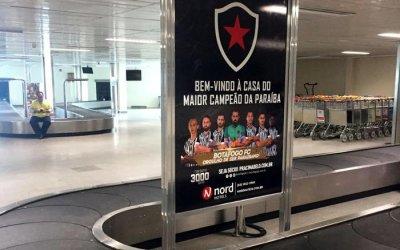 """No Aeroporto de João Pessoa, a mensagem do Botafogo: """"Aqui tem time pra torcer"""""""