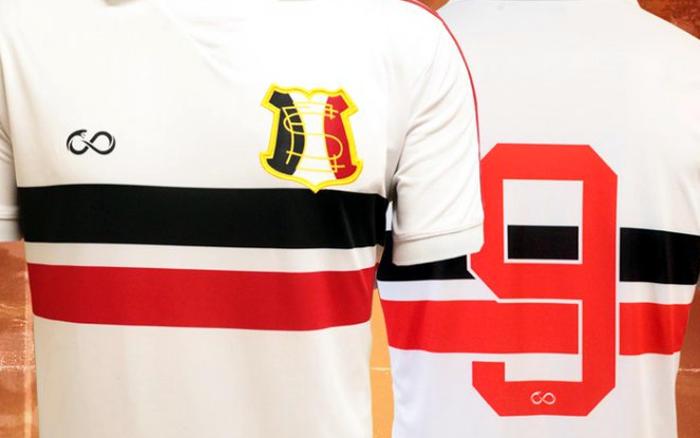 O uniforme retrô do Santa Cruz, oficial em um jogo na Série C