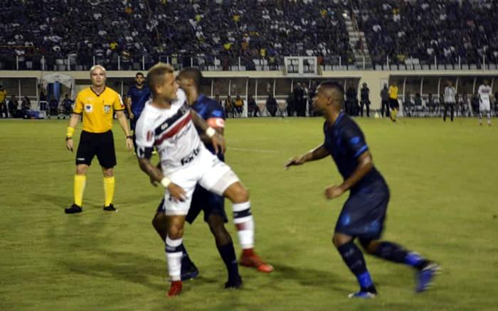 Santa Cruz empata com o Confiança, em Aracaju, e vai para o tudo ou nada