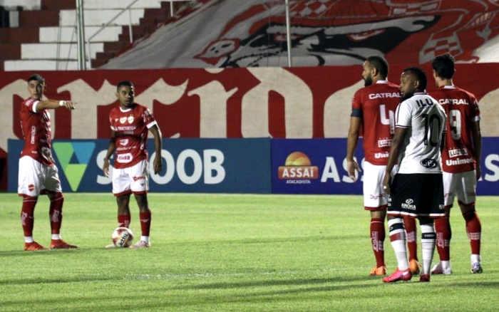 Santa Cruz finaliza mais, mas perde a invencibilidade diante do Vila Nova