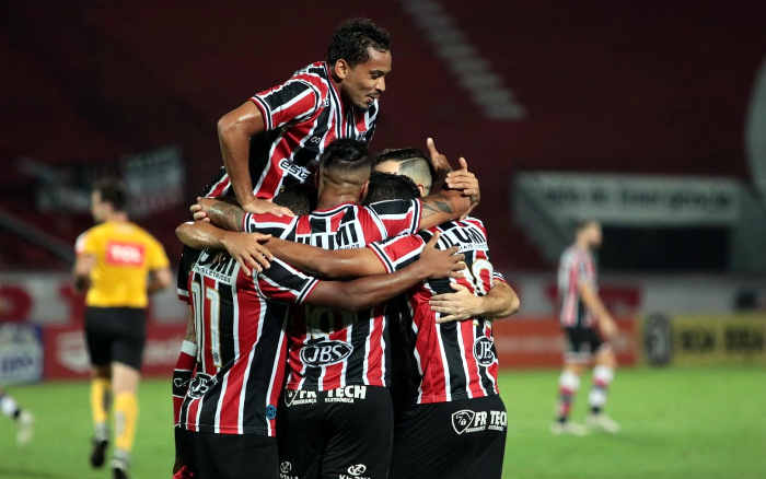 Santa Cruz vence o Botafogo, abre 10 pontos no G4 e chega a 7 jogos de invencibilidade