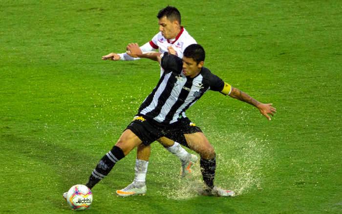 Em campo encharcado, Náutico perde do Figueirense e cai para 18º na Série B