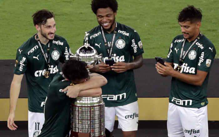 No último lance, o Palmeiras é bi da Libertadores. Pelo 2º ano, um técnico português campeão