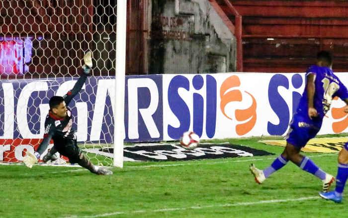 Sem força, o Náutico é superado pelo Cruzeiro e encerra o turno com o 5º revés seguido